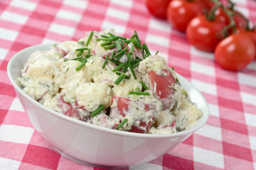 Paradicsomos-snidlinges újkrumplisaláta: klasszikus majonézes öntettel