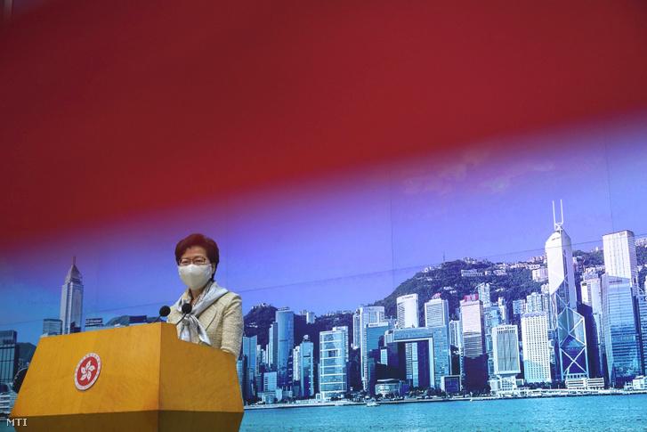 Carrie Lam hongkongi kormányzó sajtóértekezletet tart Hongkongban 2020. június 30-án. A kínai Országos Népi Gyűlés állandó bizottsága megszavazta a Hongkongra vonatkozó széles körű bírálatokat kiváltó nemzetbiztonsági törvényt