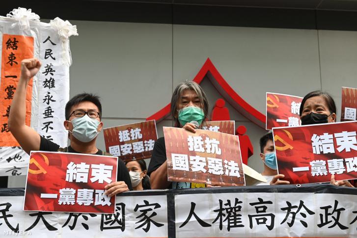 Tüntetők tiltakoznak az új nemzetbiztonsági törvény ellen Hongkongban 2020. július 1-jén