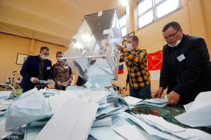 A nemzetközi szavazatokat számlálják Szentpéterváron 2020. június 1-én.