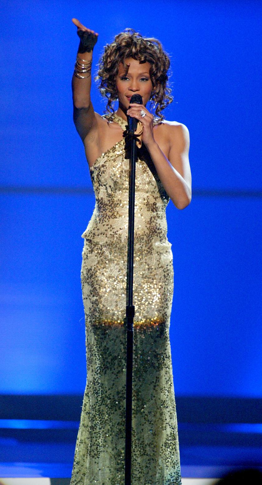 2003-ban a Diva Duets koncerten krémszínű ruhában állt színpadra, ami az arany flitterektől lett igazán különleges.