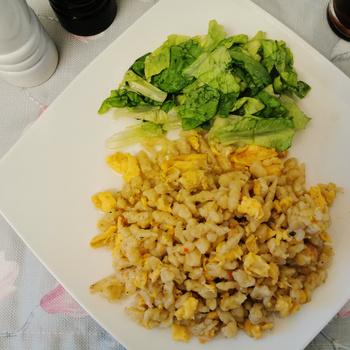 A nyár kedvence, tojásos nokedli ecetes salátával - Így lesz a legfinomabb
