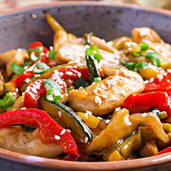 Gyors, laktató csirkés-zöldséges stir fry: bármilyen nyári zöldséggel isteni lesz