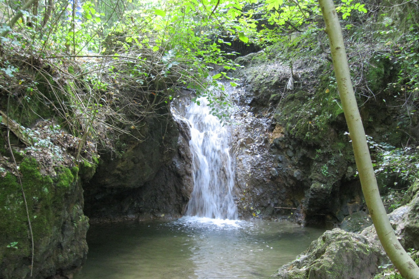 Varázslatos túrák Budapest mellett: 5 méteres vízesést is megcsodálhatsz a Jegenye-völgyben