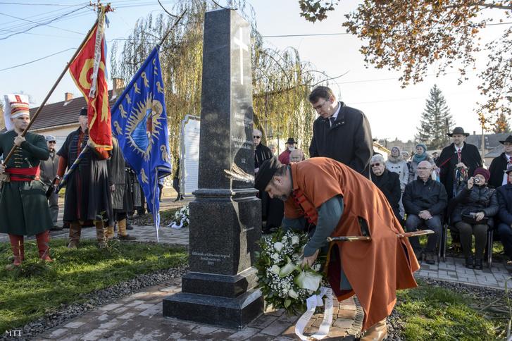 Berecz Mátyás alpolgármester (elöl) és Mirkóczki Ádám polgármester megkoszorúzza az egri Tetemvár városrészen eltemetett magyarok és törökök emlékhelyét az avatóünnepségen 2019. december 11-én