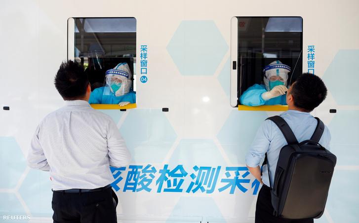 Két embert tesztelnek Pekingben a koronavírus-járvány új hulláma miatt 2020. június 30-án