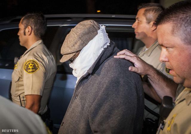 Nakoula Basseley rendőrök gyűrűjében