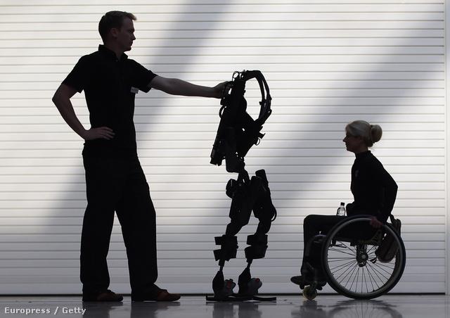 Amanda Boxtel az Ekso Bionics cég által gerincsérült betegek számára fejlesztett exoszkeletont készül kipróbálni