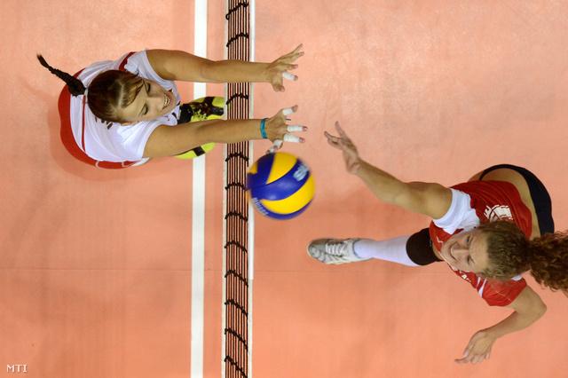 Miklai Zsanett (b) és a lett Leva Tetere a női röplabda Eb-selejtező F csoportjában a budaörsi torna első fordulójában