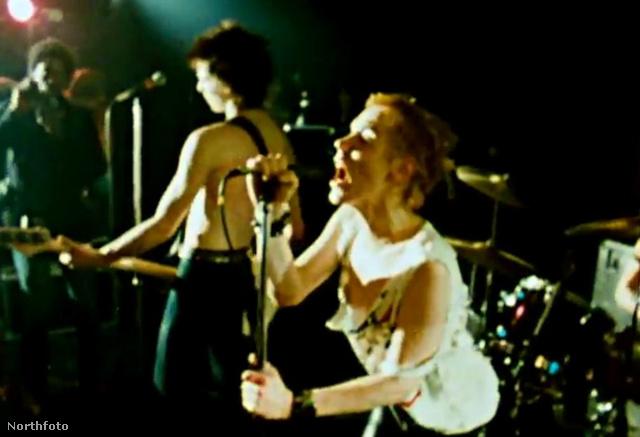 A punkzenekar a Cornwall-i Penzance közönsége előtt játszott, a SPOTS koncertkörút egyik állomásán.