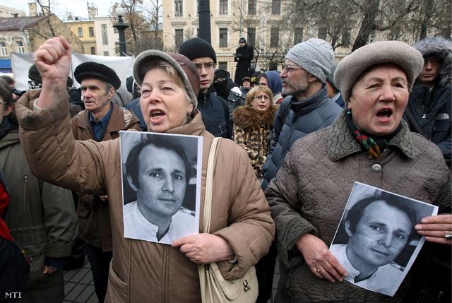 Orosz nők Mihail Beketov ellenzéki újságíró fényképét kezükben tartva kormányellenes jelszavakat skandálnak egy tüntetésen Moszkvában 2008. november 30-án.