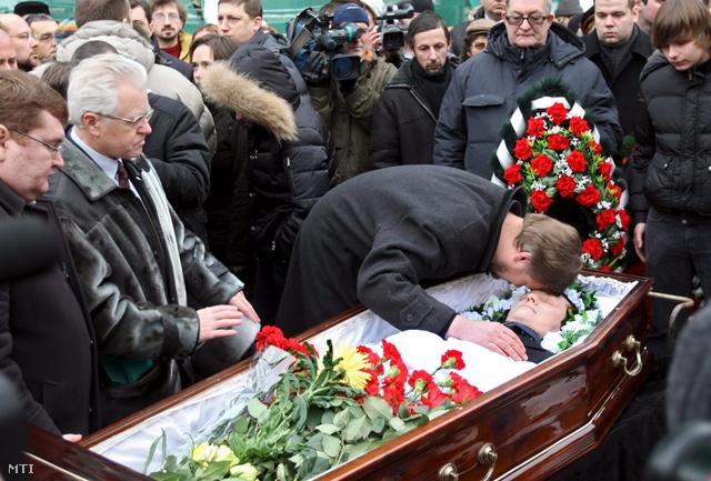 Családtagjai és gyászolók búcsúznak a koporsóban fekvő Sztanyiszlav Markelov orosz ügyvédtől a 2009. január 23-i temetési szertartáson.