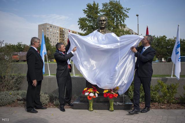 Salih Kenan Şahin Pendik polgármestere (b2) és Gajda Péter, a XIX. kerület polgármestere (j) felavatják Mustafa Kemal Atatürk szobrát.