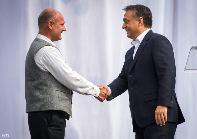 Orbán Viktor miniszterelnök (j) kezet fog Matl Péter kárpátaljai szobrászművésszel, a szobor alkotójával az Ópusztaszeri Nemzeti Történeti Emlékparkban