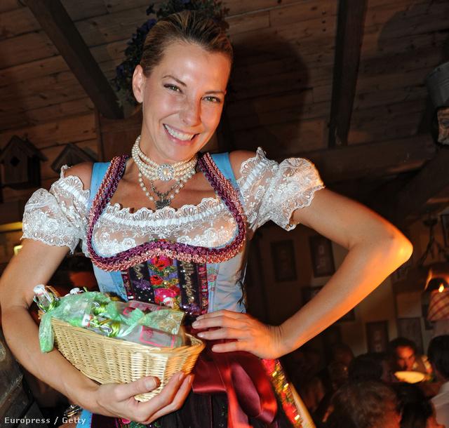 Giulia Siegel hagyományos ruhában az Oktoberfesten