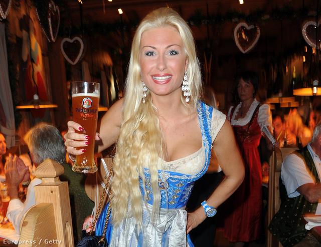 Daniela Bademeister hagyományos ruhában az Oktoberfesten