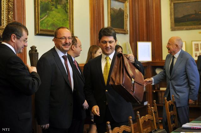 Titus Corlatean, háttérben Németh Zsolt és Martonyi János