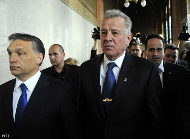 Schmitt Pál az országházban lemondása után, útban az elnöki iroda felé Orbán Viktor miniszterelnökkel. Jobbra mögöttük Kiss Norbert