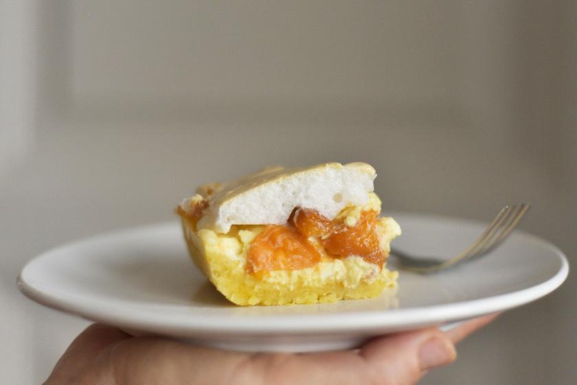 A Rákóczi-túróst, sokak kedvenc túrós süteményét nyáron érdemes lekvár helyett friss barackkal készíteni. Az omlós tészta, a citromos túrókrém és a tojáshab tökéletes összhangban van az édes barackkal.