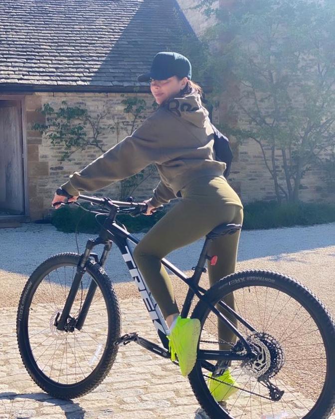 Victoria Beckham viszont nem a kocogásra, hanem a biciklizésre kapott rá, ezt a képet például április közepén, születésnapján posztolta