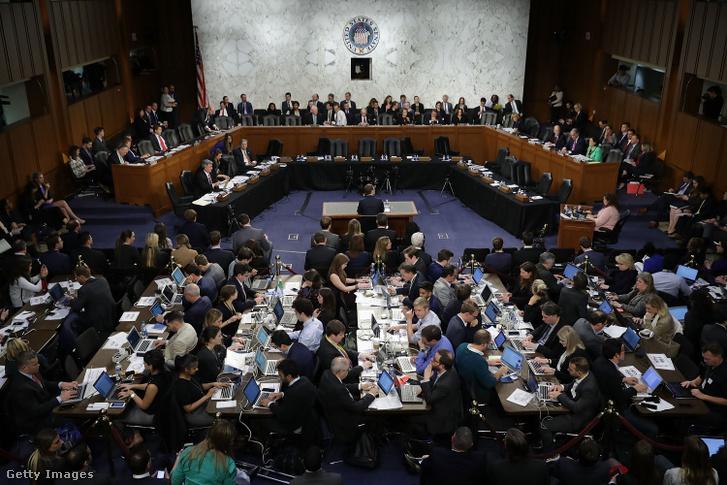 Mark Zuckerberg a 2018-as meghallgatásán a Capitol Hillben, ekkor a Cambridge Analytica botrány miatt kellett válaszolnia a kérdésekre a Facebook vezetőjének