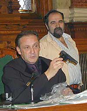 A bíró megmutatja a gyilkos fegyvert egy 2001-es tárgyaláson