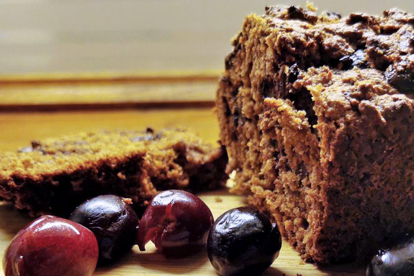Puha piskóta cseresznyével és csokichipsszel – Teljes kiőrlésű lisztből egészségesebb