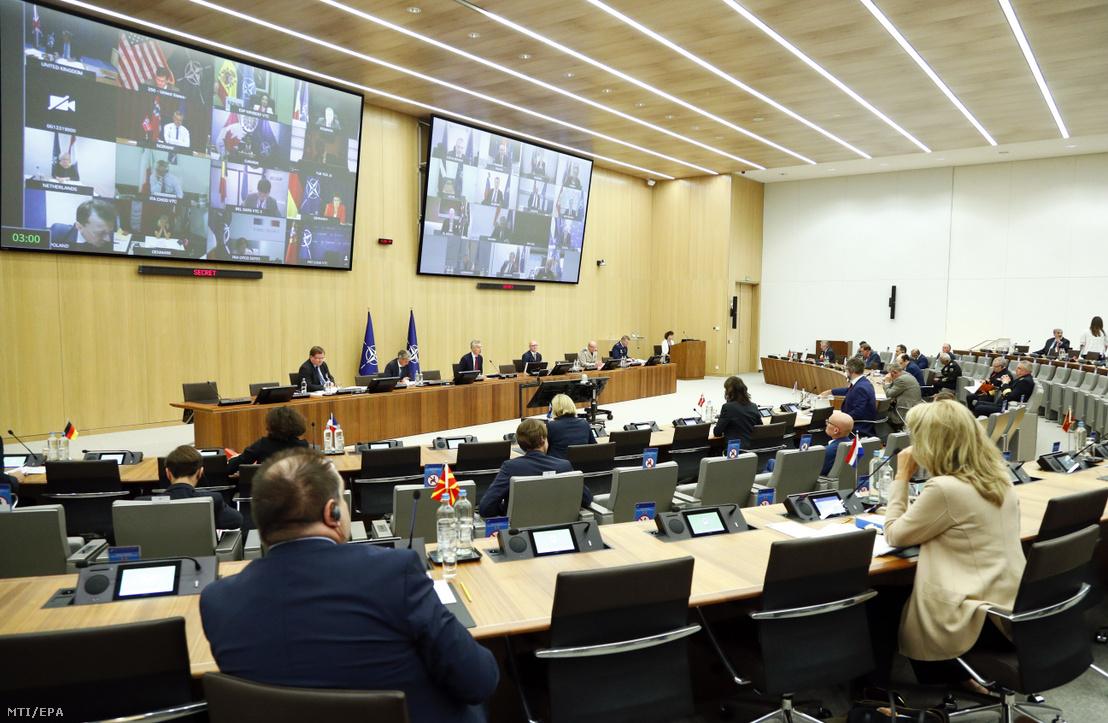 Jens Stoltenberg NATO-főtitkár elnököl a NATO-tagországok védelmi minisztereinek videotanácskozásán a védelmi szervezet brüsszeli székházában 2020. június 17-én.
