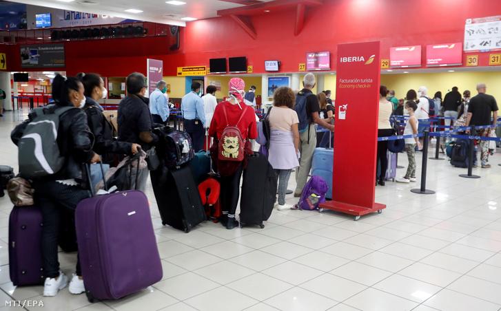 Hazainduló turisták várakoznak a spanyol Iberia légitársaság jegykezelő pultjánál a havannai José Martí Nemzetközi Repülőtéren 2020. március 31-én, a légikikötő lezárása előtt