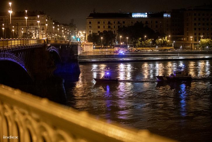 Szerda éjjel fél kettő óra körül a Margit híd pillérétől három méterre, a Duna mélyén megtalálták a hajóroncsot is. Azt egyelőre nem tudják, mikor lehet kiemelni.