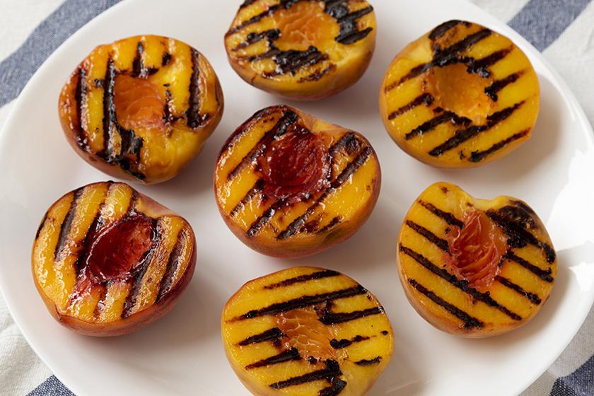 Vajban sült grillezett barack: elképesztően finom magában, de fagyival még jobb