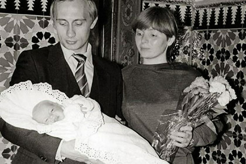 Ez a felvétel 1986-ban készült Putyinról és Ljudmiláról, a politikus kezében második lányuk, az újszülött Jekatyerina látható.
