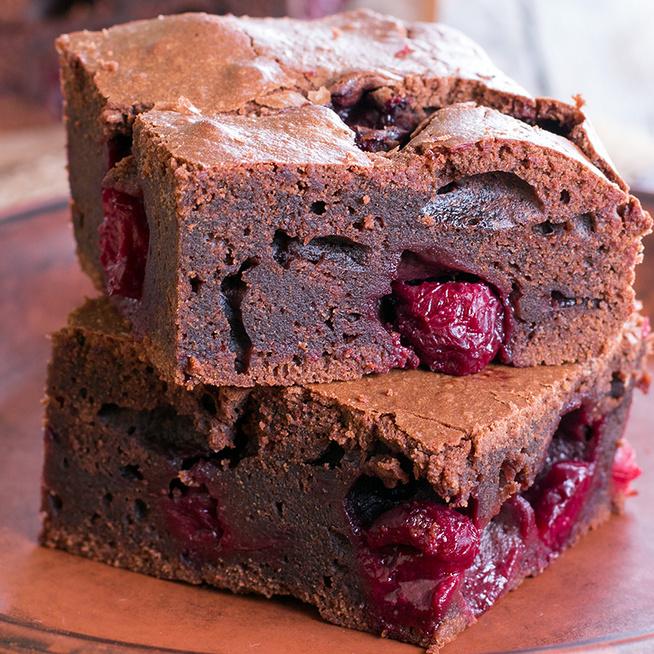 Mennyei csokis brownie friss cseresznyével telepakolva: elronthatatlan, egyszerű recept