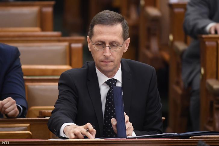 Varga Mihály pénzügyminiszter a 2021-es költségvetés elfogadásáról szóló szavazáson az Országgyűlés plenáris ülésén 2020. július 3-án.