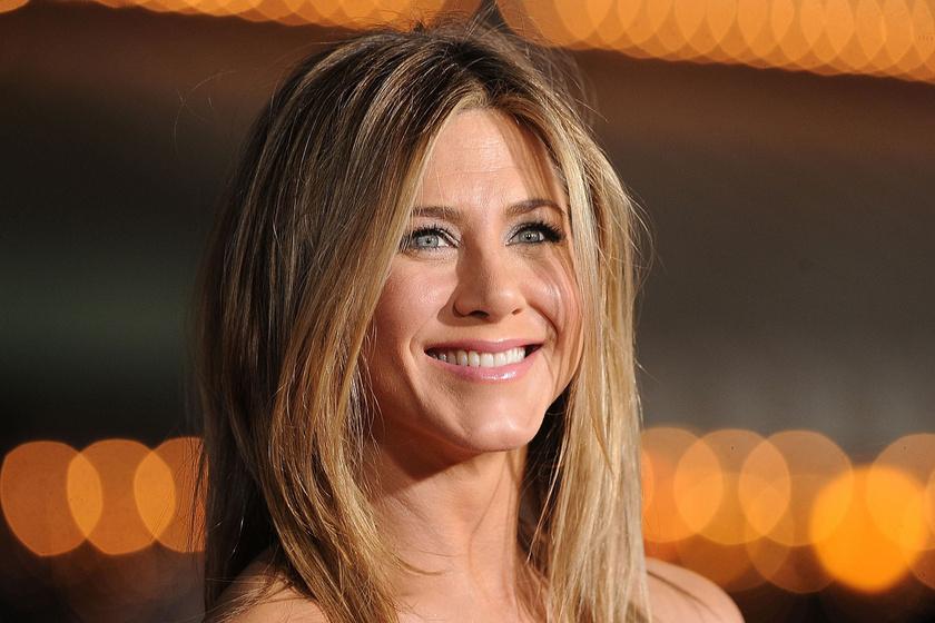 Ez volt Jennifer Aniston legbevállalósabb címlapfotózása: csak egy nyakkendő fedte a testét