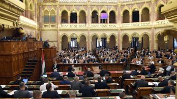 Parlament: Iskolaőrök várják szeptembertől a diákokat