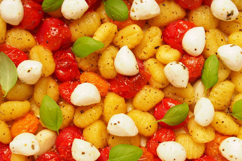 Egytepsis gnocchi pirult koktélparadicsommal és mozzarellával – Fűszeres olívaolajtól szaftos