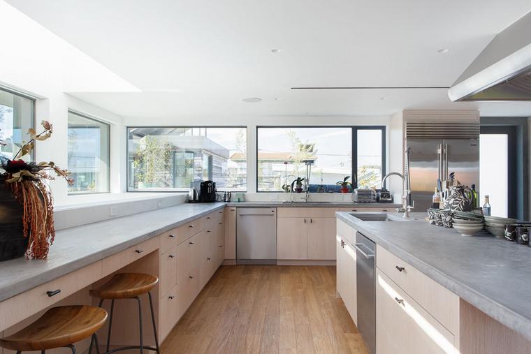 Kezdjünk a lakás egyik legfontosabb elemével, és mivel hölgyeké az elsőbbség, íme a Paquin-villa konyhája.