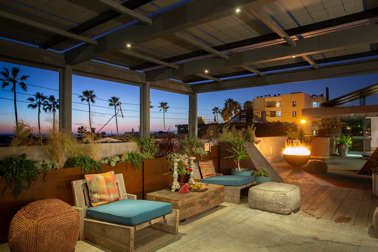 Végül, de nem utolsó sorban a Los Angeles-i panorámát is élvezheti, ha már minden mást megunt odabent