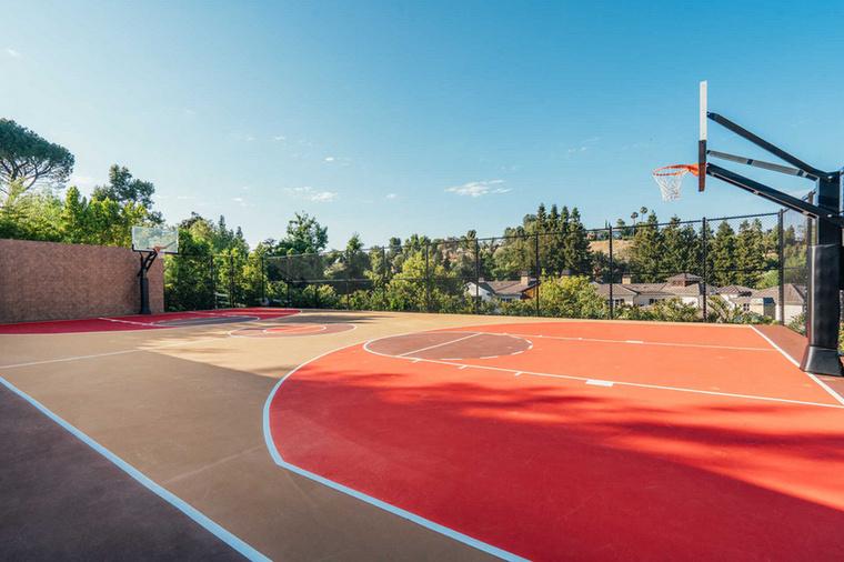 A sportolni szeretőknek kosárlabda pálya is elérhető.