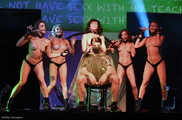A műsor része szokott lenni feltehetőleg, hogy felhívnak valakit a közönség soraiból a színpadra.