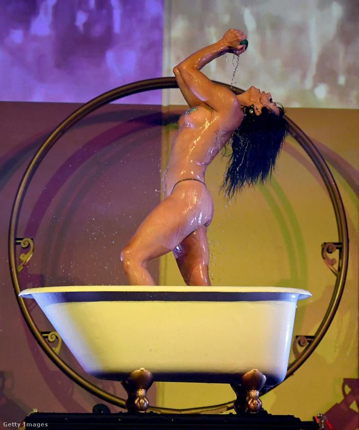 Ő Jennifer Romas, a műsor rendezője-koreográfusa, aki maga is fellép.