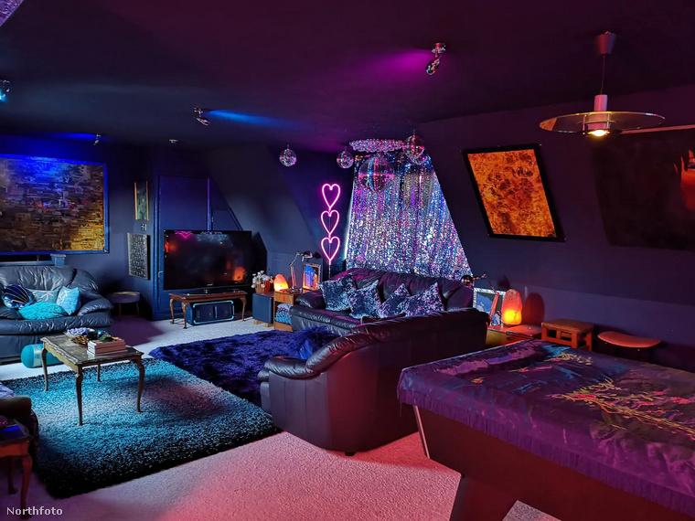 Nem, ez nem egy sztriptízbár egyik privát szobája, csupán az említett Airbnb nappalija.