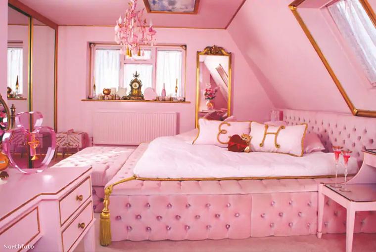 Íme egy valóban kényelmesnek tűnő, de legalább annyira rózsaszín hálószoba