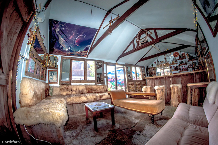 Bár a szőnyeg itt is elég ragyogó, ebben a helyiségben pihenhet egy kicsit a rózsaszíntől túlhajszolt szem.