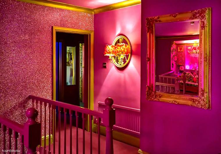 A pink kéjlakot egyébként olyan hírességek lakták már, mint Iggy Azalea, vagy a Little Mix lánybanda tagjai.