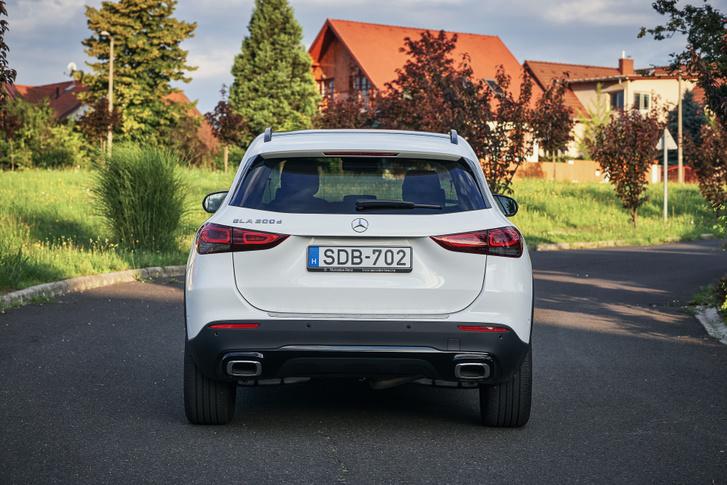 Ez a hajlított ív a hátsó lámpák körül jellegzetes Mercedes SUV elem, a GLC, GLE és GLS is hasonlót kap