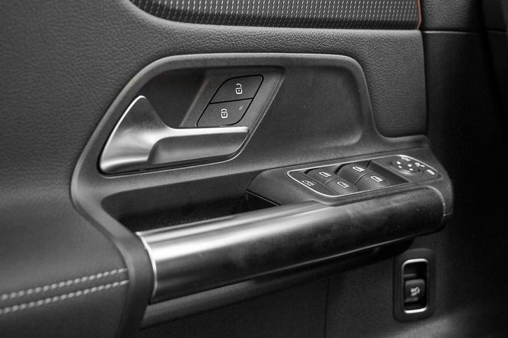 A vastag ajtóbehúzó jelzi, hogy SUV-ban ülünk, ilyen van a GLB-ben is. Az ülésfűtés gombja mögötti nagy üres műanyag tér az elektromos ülésállító gombok helye