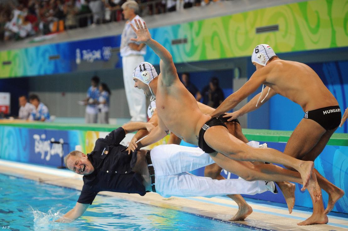 Kemény Dénes, Kis Gábor és Hosnyánszky Norbert ugranak a vízbe a pekingi olimpiai döntő megnyerése után 2008. augusztus 24-én
