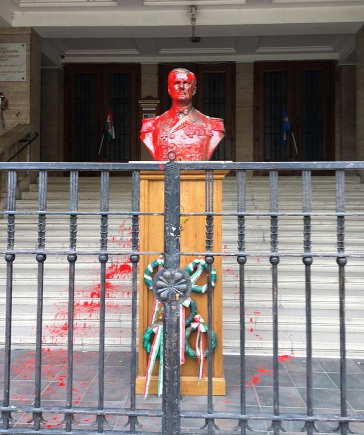 Horthy vörös festékkel leöntött mellszobra 2020. július 3-án